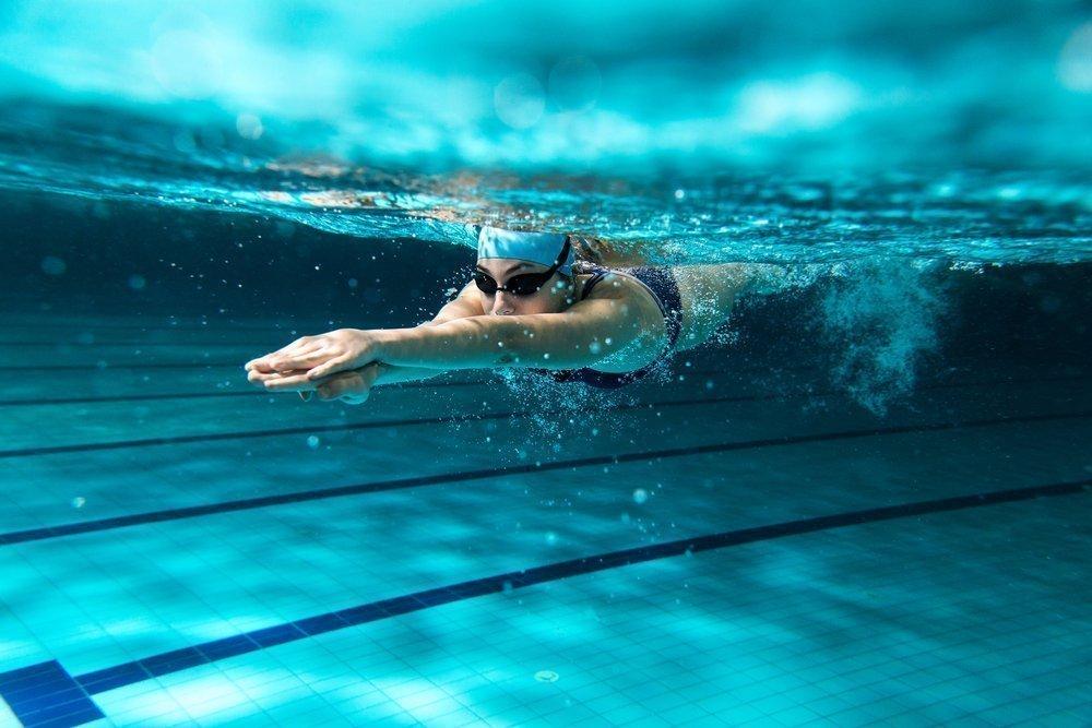 Может ли плавание усугубить боль в спине?